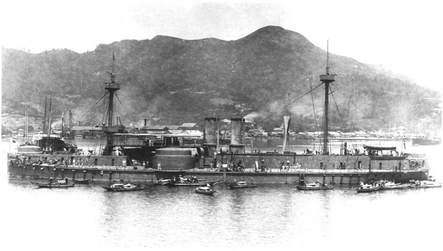 上图:大清海军镇远号战舰,于1884年在德国伏尔铿造船厂完成,号称东亚第一坚舰。甲午战争期间被日本海军虏获,战后以战列舰的身份编入日本海军、参加日俄战争。