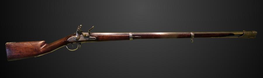 上图:1777型遂发前装滑膛枪,是拿破仑用来装备法国步兵的主要武器。训练有素的法国步兵每分钟可以发射3次,在80米外击中目标。从14世纪到19世纪前期,是火器与冷兵器并用时代,而燧发枪统治了枪械界两个世纪。