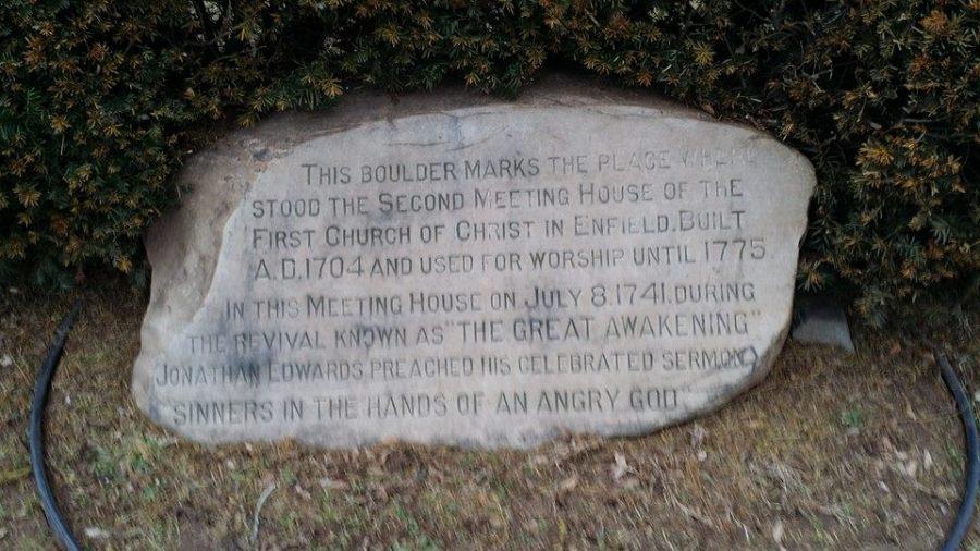 上图:康涅狄格州恩菲尔德的一座纪念碑,纪念约拿单·爱德华滋《落在忿怒之神手中的罪人 Sinners in the Hands of an Angry God》布道的地点。