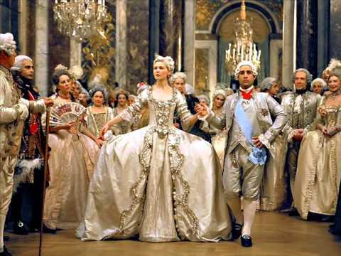 从艺术家的视角,这是一场美妙的维也纳华尔兹舞会。华尔兹舞步在三拍子舞曲中流畅地运行,一起一伏有如连绵不断的波涛,加上轻柔灵巧的倾斜、摆荡、反身、旋转和各种优美的造型,庄重典雅、华丽多姿、飘逸欲仙。因此,这首圆舞曲与《蓝色多瑙河》、《维也纳森林的故事》并称为施特劳斯的三大圆舞曲。