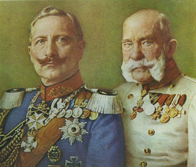 从文学家的视角,这是一个人性的故事。这首圆舞曲最早的标题是《手牵手》。1889年8月,奥地利人民所敬爱的国父、茜茜公主(1837-1898年)的丈夫、俭朴虔诚的天主教徒、奥匈帝国皇帝弗朗茨·约瑟夫一世(1848-1916年在位)访问德国,与英国维多利亚女王的外孙、虔诚的路德宗基督徒、德意志皇帝威廉二世(1888-1918年在位)会面。小约翰·施特劳斯为了「向奥地利与德意志的友谊干杯」,创作了这曲维也纳华尔兹舞曲,10月21日在柏林首演。后来在德国乐谱出版商的建议下,改名为《皇帝圆舞曲》,以满足两位君主的虚荣之心。这年1月,茜茜公主的儿子自杀殉情,茜茜公主从此陷入忧郁症,以后只穿黑色衣服,打着一把皮制阳伞,用一把棕色扇子遮住面孔。