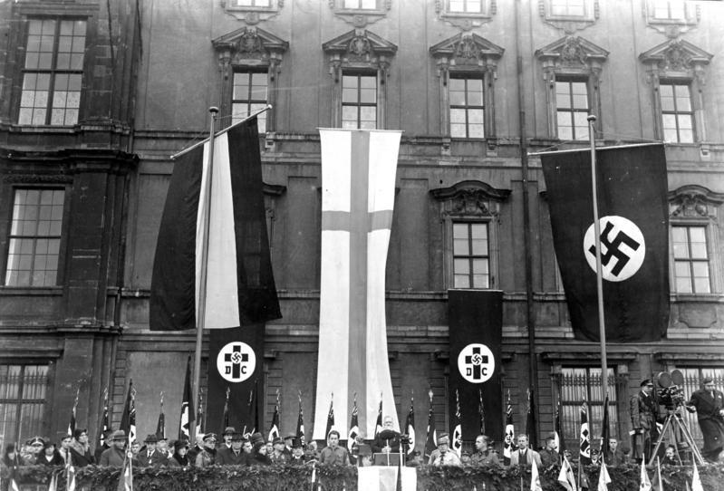 上图:1933年11月19日,德意志基督徒在柏林庆祝路德日,Joachim Hossenfelder主教发表讲话。