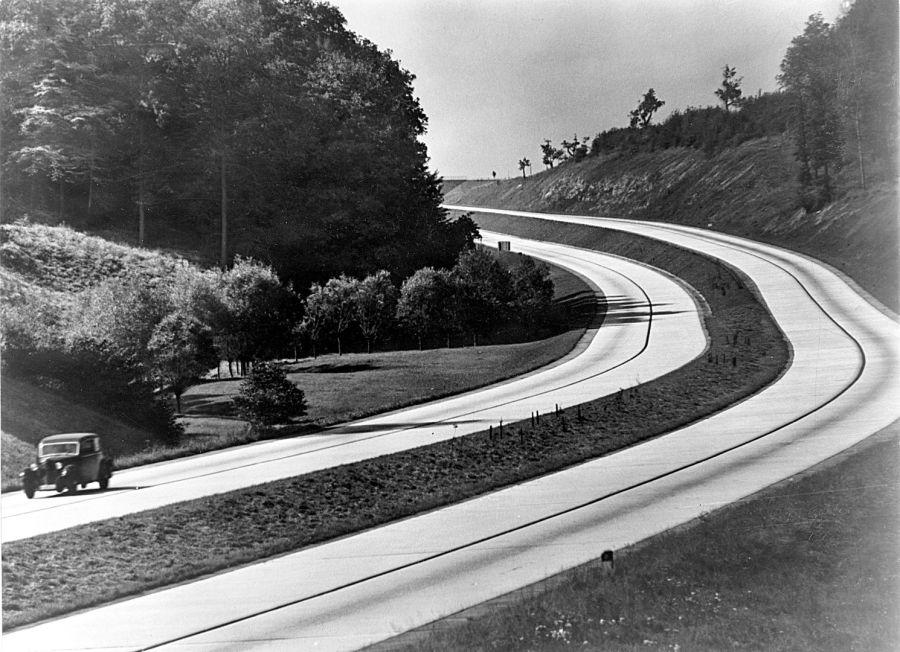上图:30年代末第三帝国的高速公路。1938年,Rudolf Caracciola曾驾驶奔驰赛车在德国高速公路上创造了每小时432公里的世界记录。1936年,高速公路创造了直接就业13万人,间接就业27万人。二战期间,一些高速公路的中间带被铺平,变成辅助飞机跑道,但大部分时间高速公路军事用途都不重要,因为火车的效率更高、更节省燃料,而且坦克无法使用高速公路。在战争期间,德国普遍缺乏汽油,机动车辆较少,进一步降低了高速公路的重要性。