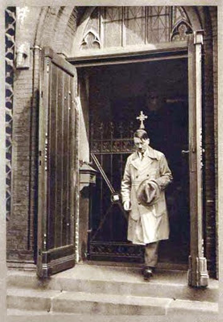 上图:1931 年,希特勒正从教会出来。两年后, 希特勒成为德国总理,他分发这张照片,以帮助他赢得支持。