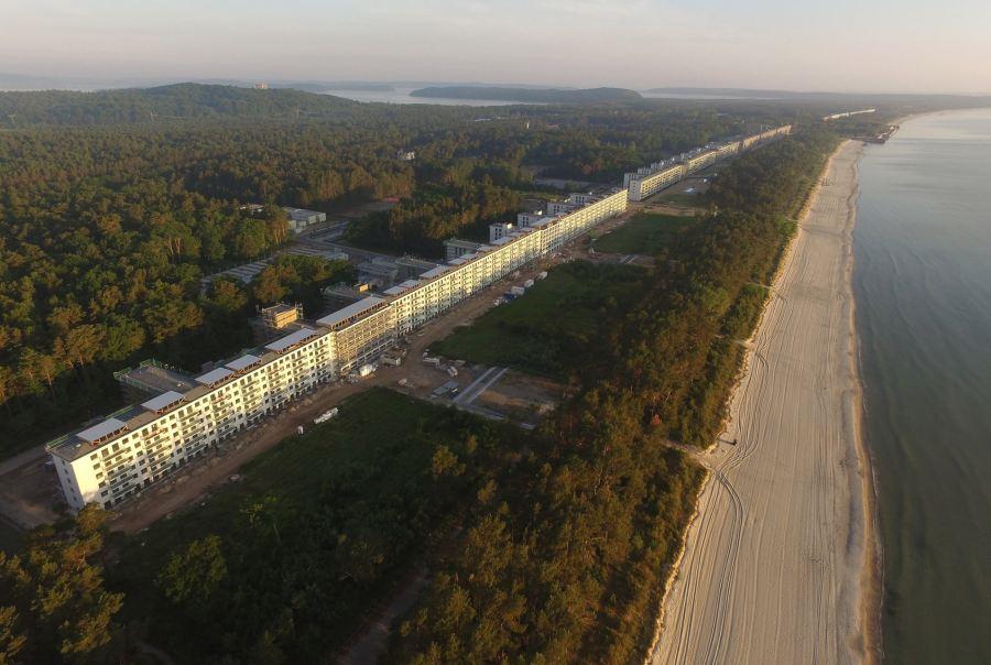 上图:希特勒于1936-1939年在德国最大的波罗的海吕根岛为KdF(通过喜悦获得力量)计划建造的Prora度假村,包括8座巨大的建筑物,绵延4.5公里,可容纳2万名工人度假。每个房间都面向大海,有两张床。Prora的设计在1937年巴黎世界博览会上赢得了大奖,但由于二战爆发而停工,从未被用于其预定目的。