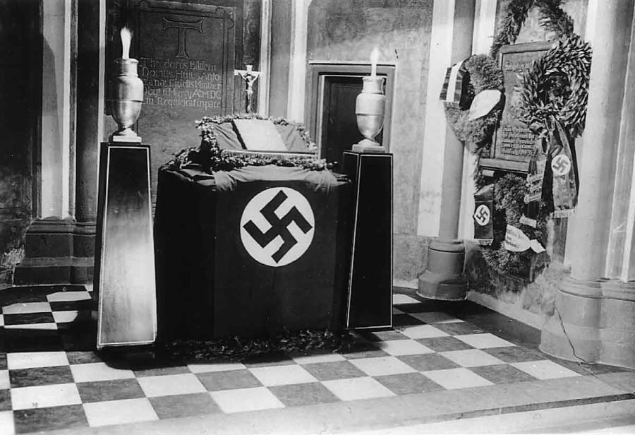 上图:1935年,德国科隆Antoniter教堂的祭坛。