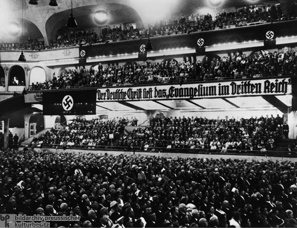 上图:1933年11月13日,德意志基督徒在柏林体育馆举行「运动场集会(Sportpalast rally)」,横幅上写着:「德意志基督徒阅读第三帝国福音」。