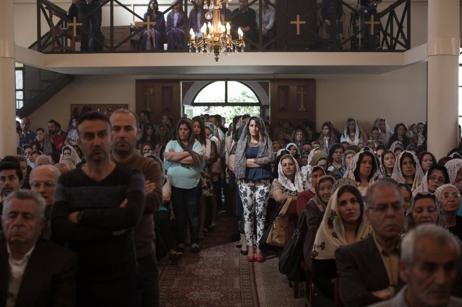 上图:2015年4月,一群逃离叙利亚的东方亚述教会难民在贝鲁特郊区的圣乔治教堂举行复活节敬拜。这些姊妹在伊斯兰国恐怖分子的逼迫下仍然遵行蒙头礼,谁敢自诩自己心里的顺服比她们外表的蒙头更有属灵的实际呢?
