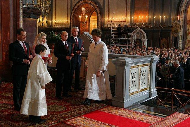 上图:2013年,俄罗斯总理夫人斯韦特兰娜在莫斯科基督救主大教堂的复活节仪式上带着头巾蒙头。