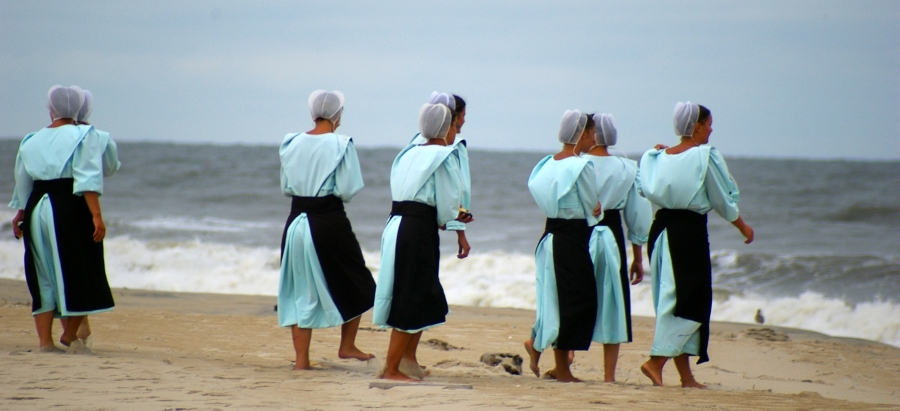 上图:一群阿米什妇女在美国弗吉尼亚州Chincoteague的海滩上,她们在日常生活中都带着蒙头。阿米什人(Amish)是重洗派门诺会中的一个分支,他们拒绝接纳电力和汽车,保留了19世纪中期北美基督徒的生活方式。