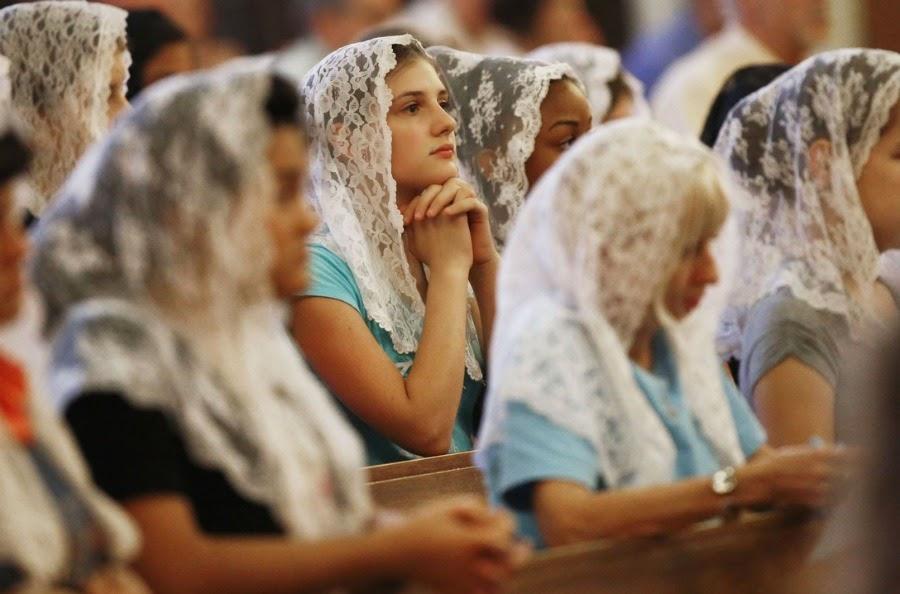 上图:遵守蒙头礼的现代天主教妇女。