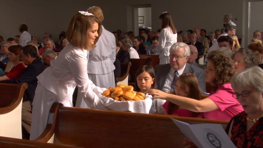 上图:美国Bethania摩拉维亚教会的复活节爱宴,负责分面包的姊妹们都有蒙头。