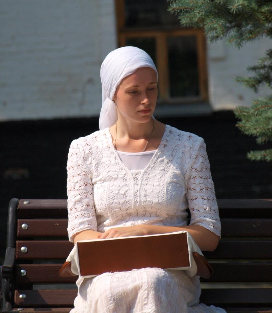 上图:一位用头巾蒙头的乌克兰东正教妇女。