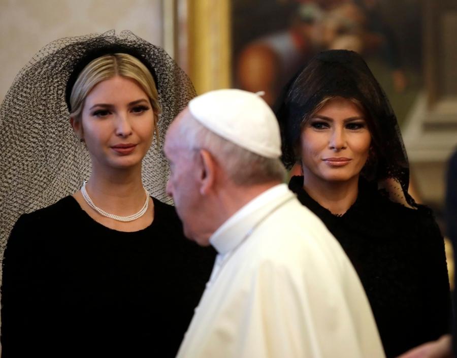 上图:2017年5月,美国总统川普夫人梅拉尼娅和女儿伊万卡在访问梵蒂冈时用Mantilla薄纱蒙头。过去,美国总统肯尼迪、尼克松、福特、卡特、里根、老布什、克林顿、小布什和奥巴马的夫人访问梵蒂冈时,都用Mantilla薄纱蒙头,以示尊重传统。