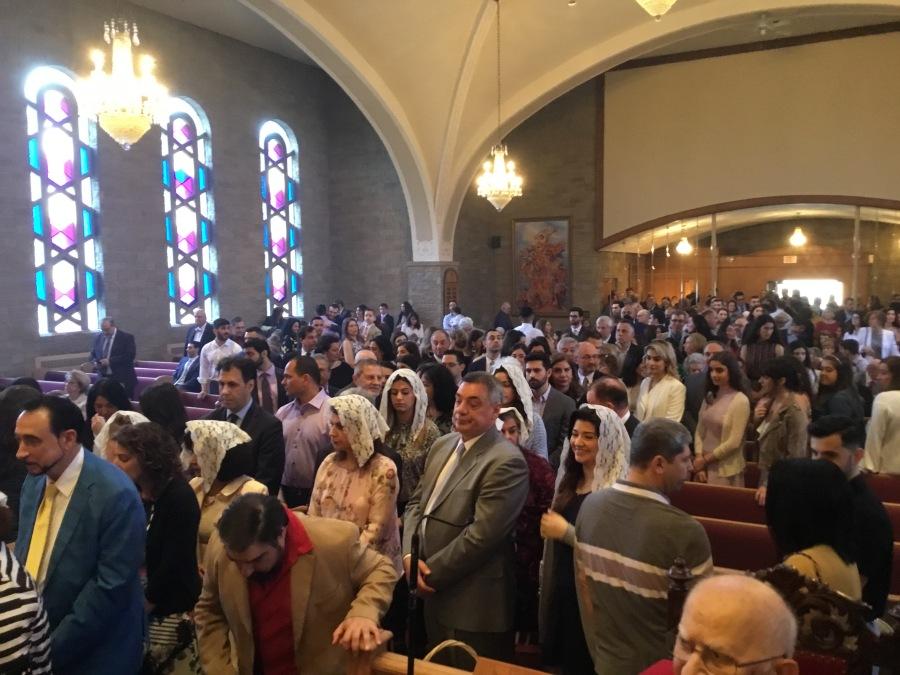 上图:2019年复活节,美国马萨诸塞州Watertown圣司提反亚美尼亚使徒教会举行敬拜,许多姊妹继续遵行蒙头礼。亚美尼亚使徒教会(Armenian Apostolic Church)是东方正统教会(Oriental Orthodoxy)的一部分。